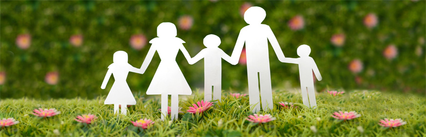 Familj av pappersfigurer på gräsmatta