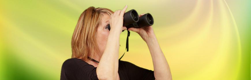 Kvinna med kikare i handen