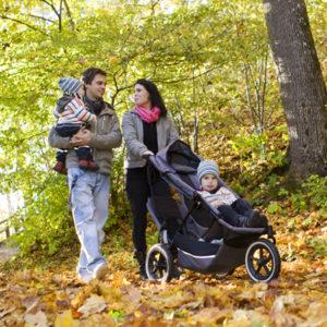 Barnfamilj ute på höstpromenad