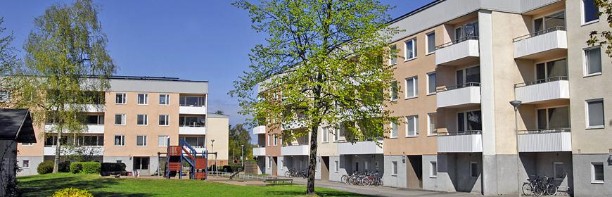 Trevåningshus med lekplats på innergården