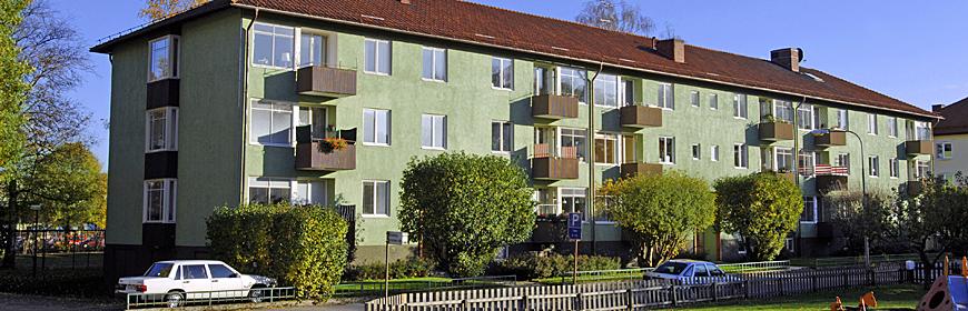 Grönst trevåningshus med balkonger