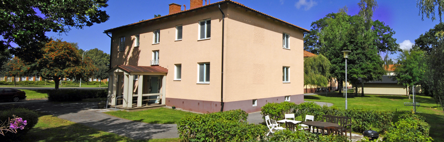 Tvåvånings flerfamiljshus med trädgård
