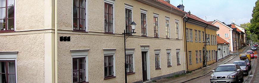 Cremefärgat tvåvåningshus i gamla stan