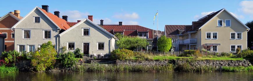 Flerfamiljshus med innergård vid ån Tidan
