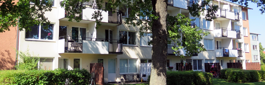 Flerfamiljshus med balkonger och uteplats