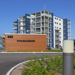 Flerfamiljshus med sex våningar med stora inglasade balkonger